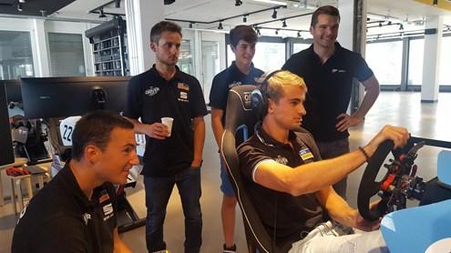 Da pilota virtuale a pilota reale e viceversa: ecco come i piloti professionisti si allenano per le corse sul circuito vero